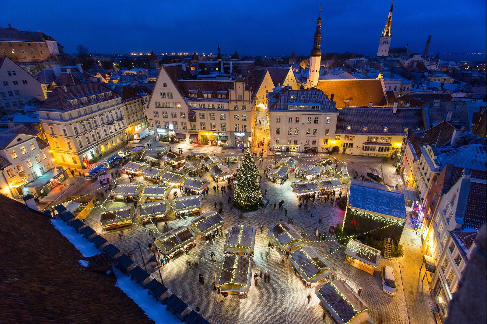 Joulutori tai -markkinat, kuinka vain, sijaitsee Raatihuoneen aukiolla Tallinnan vanhassa kaupungissa.