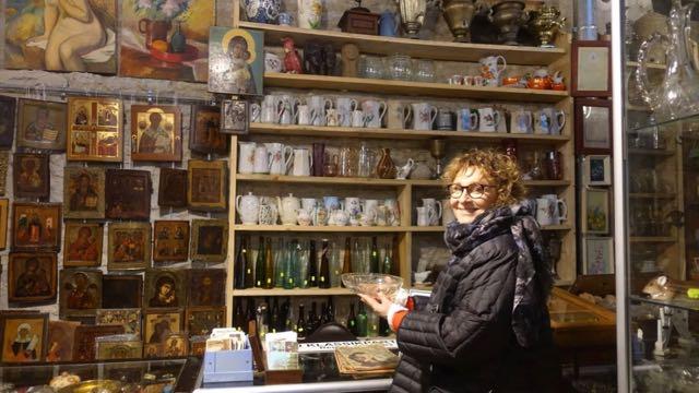 Kristallia ja muita kauniita vanhoja astioita, joilla saa persoonallisia kattauksia.