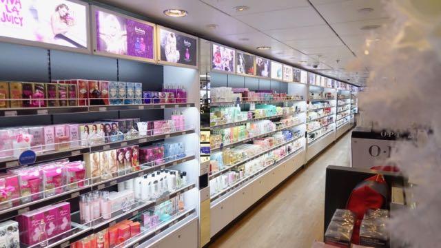 Kosmetiikkamyymälän pitkä hajuvesihylly