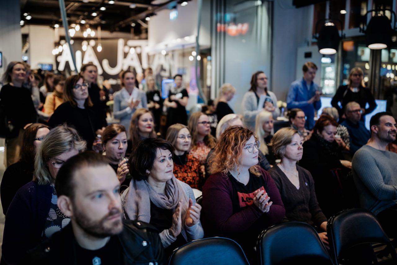 Yleisiöä oli runsaasti paikalla, vaikka oli aikainen aamu.