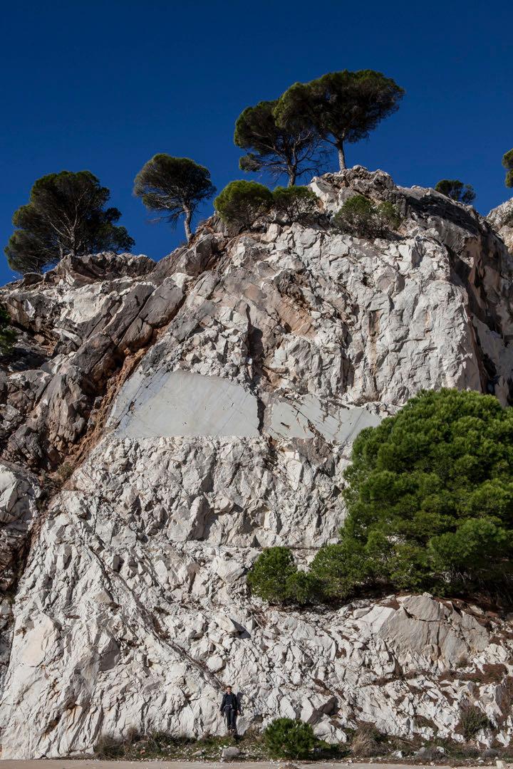 Marmoria ei louhita enää Sierra de Mijaksesta, mutta jäljet näkyvät haavana vuoren pinnassa. Kuvasta ei näe kuinka korkea leikkaus on.