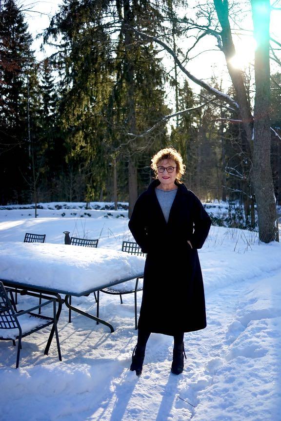 Hanna pesetetty takki yllään