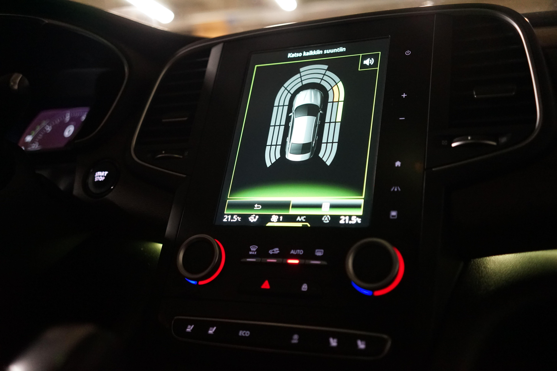 Tutka, peruutuskamera, navigaattori, radio ja kaikki auton säädöt toimivat kosketusnäytöltä.