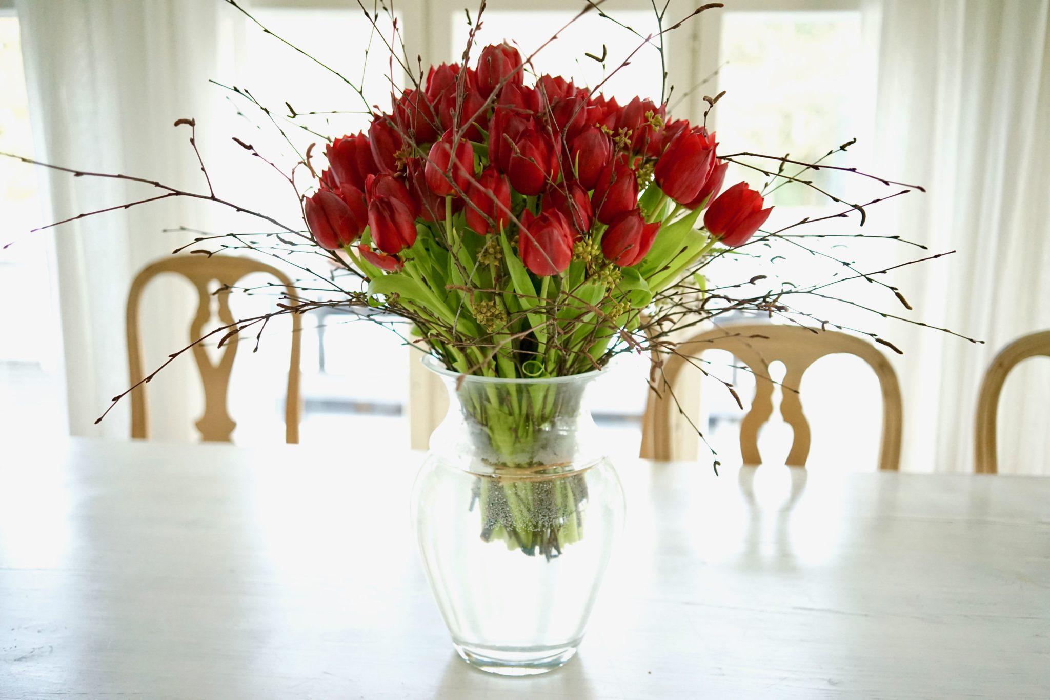Punaiset tulppaanit maljakossa