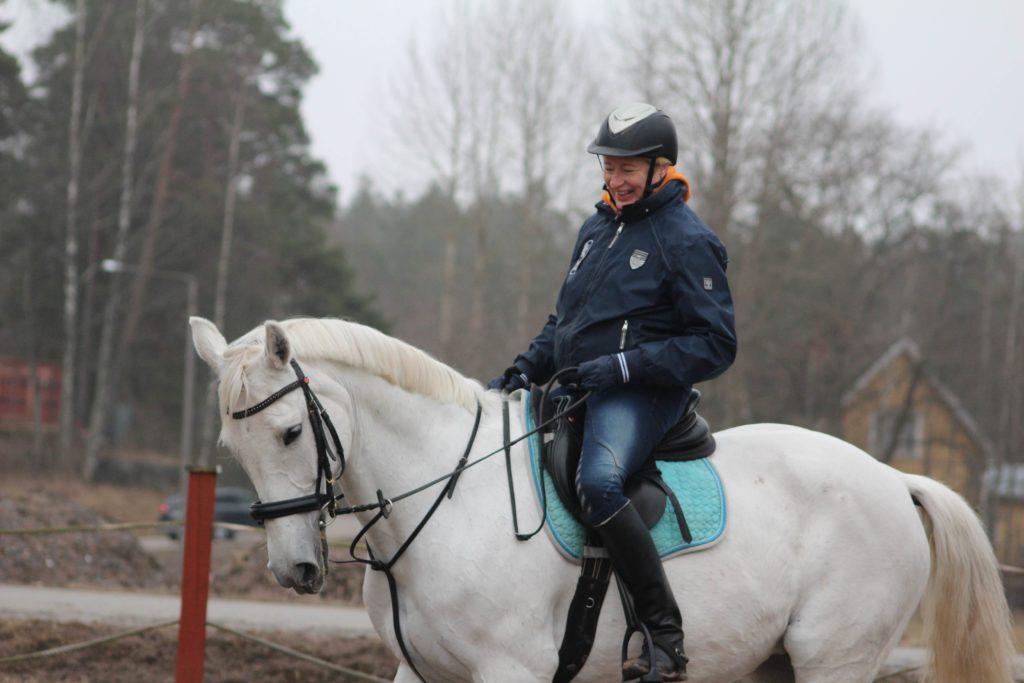 Noinkohan vaan on tarpeeksi hyvä ratsastaja.
