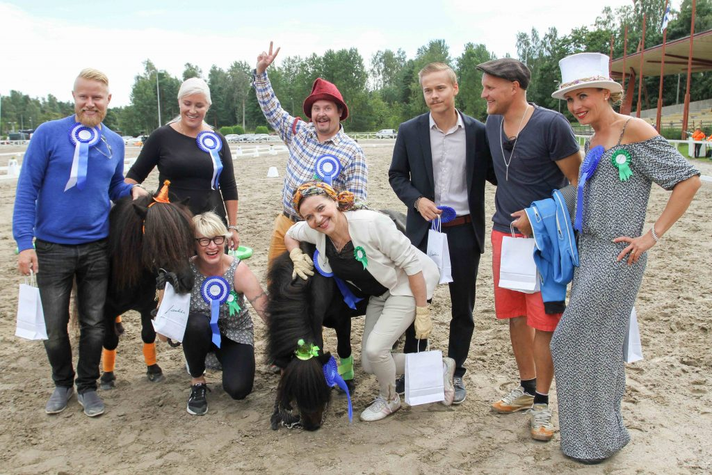 Kuinka ollakaan joku on siellä mieluummin ponien vieressä kyykyssä. Mukana myös lehmä-Janne! Kuva: Anu Leppänen