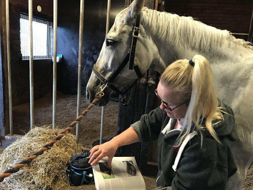 Nina näyttää Pullukalle kirjasta mihin kaikkeen lymfahieronta vaikuttaa.
