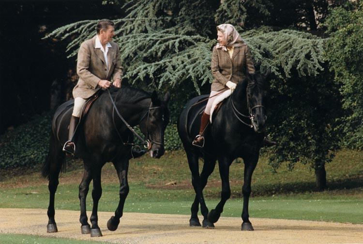 Presidentti Reagan ja kuningatar Elizaberh ridaamassa. TÄMÄ on eliittimeininkiä.