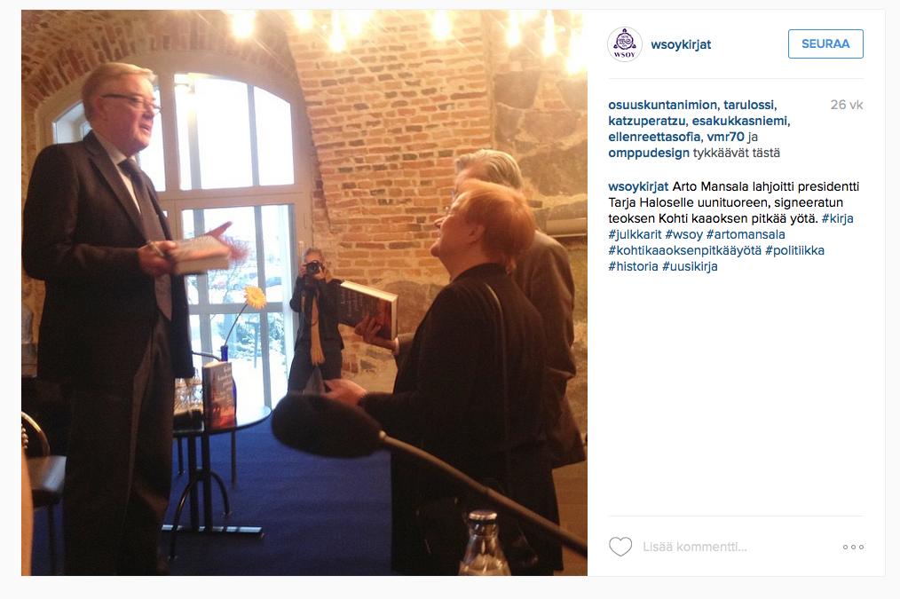 Presidentti Tarja Halonen sai tammikuussa kirjan suurlähettiläs Arto Mansalalta ulkoministeriössä pidetyssä tilaisuudessa.