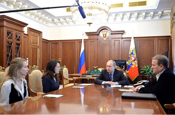 Presidentti Vladimir Putin kuuntelutti Ukrainassa surmansa saaneiden toimittajien läheisiä Kremlissä. (Kuva: Kreml)