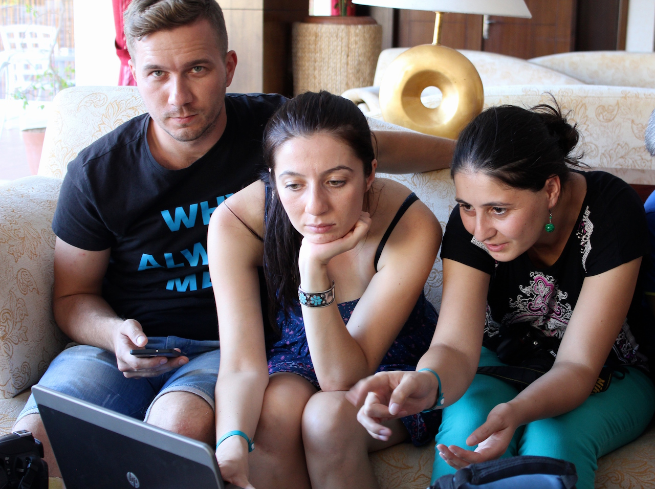 Toimittajat Teymur Maksutov (vas), Toma Sayer ja Aynura Aliyeva