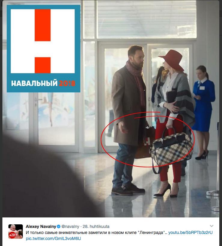 Navalnyin presidenttikampanjan logo näkyy salkussa.