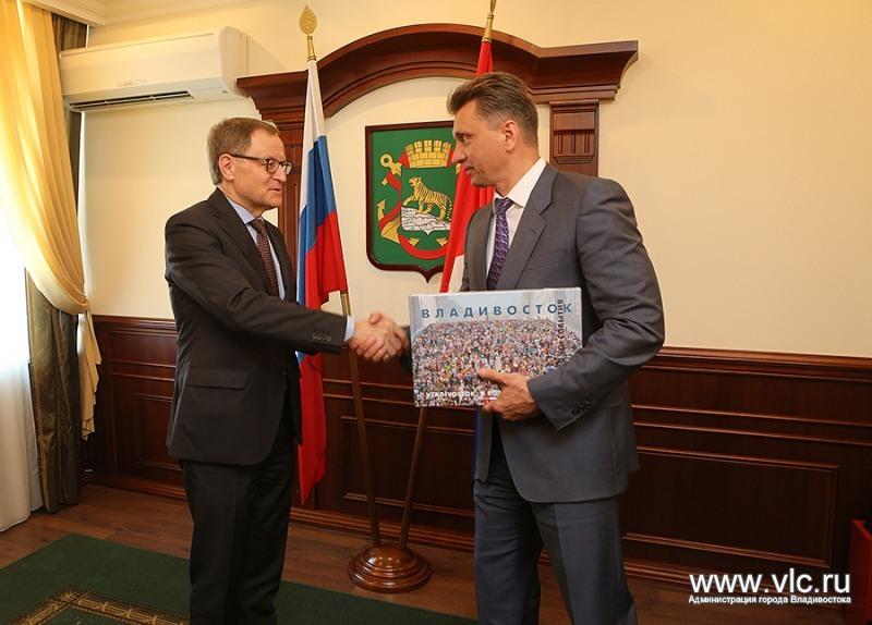 Suurlähettiläs Hannu Himanen kätteli kesäkuun 1. päivä vuonna 2016 Vladivostokin 1. apulaiskaupunginjohtajaa Aleksandr Jurovia.
