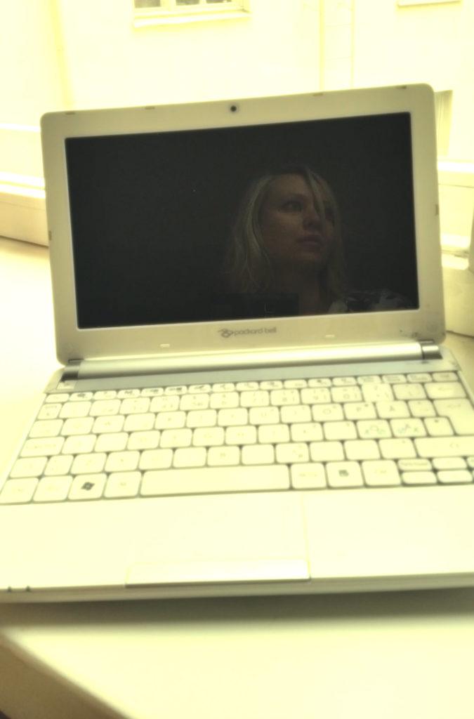 valkoinen tietokone 3
