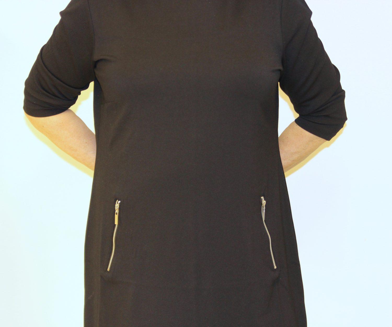 Alla on muotoileva alushame, jonka ansiosta mekosta voitiin ottaa pienempi koko,. Silti siluetti on siisti.