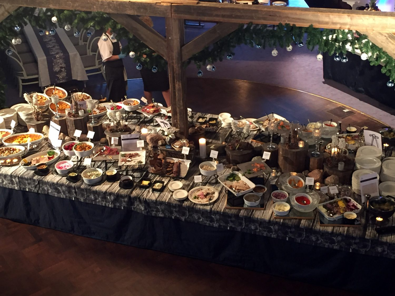 Joulupöydän antimissa oli valinnanvaraa. Tässä vain kalat, laatikot ja lihat. Lämpimät, vege ja jälkiruuat olivat toisissa pöydissä.