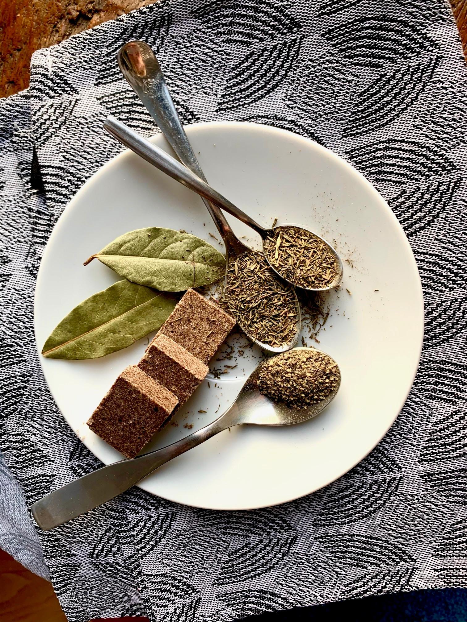 Sipulikeiton mausteiksi sopii liemikuutio, valkoviini, timjami, laakerinlehdet, mustapippuri, soijakastike ja siemensinappi.