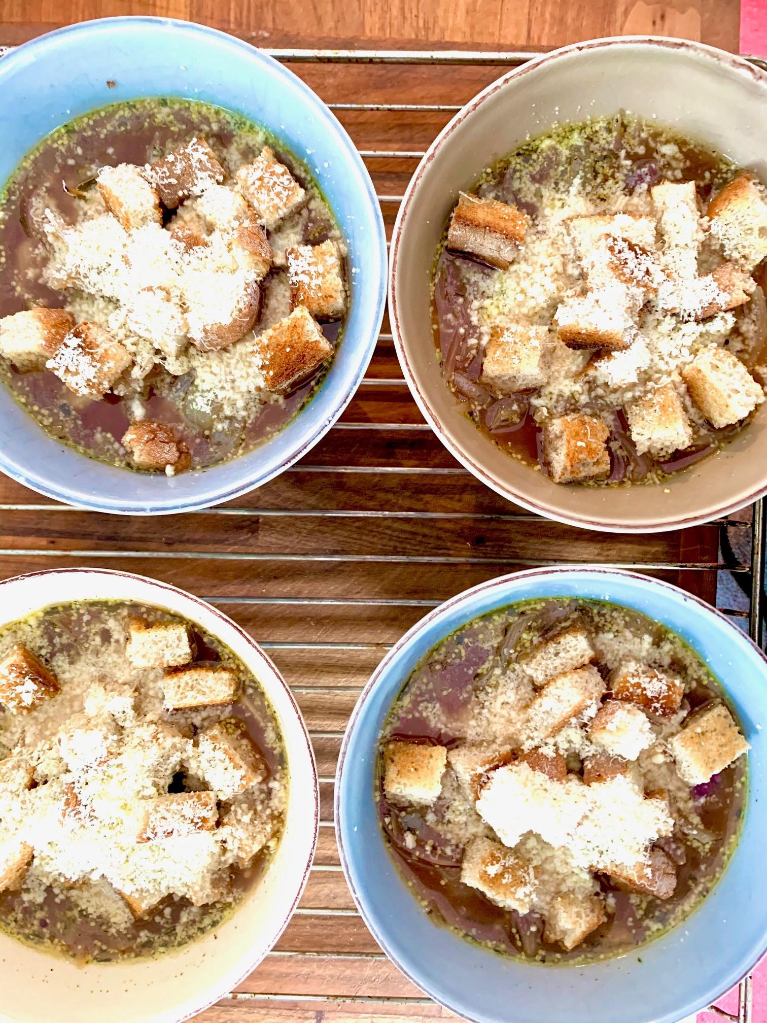 Lisää sipulikeiton pinnalle paahdettuja leipäpaloja ja juustoraastetta ennen gratinointia.