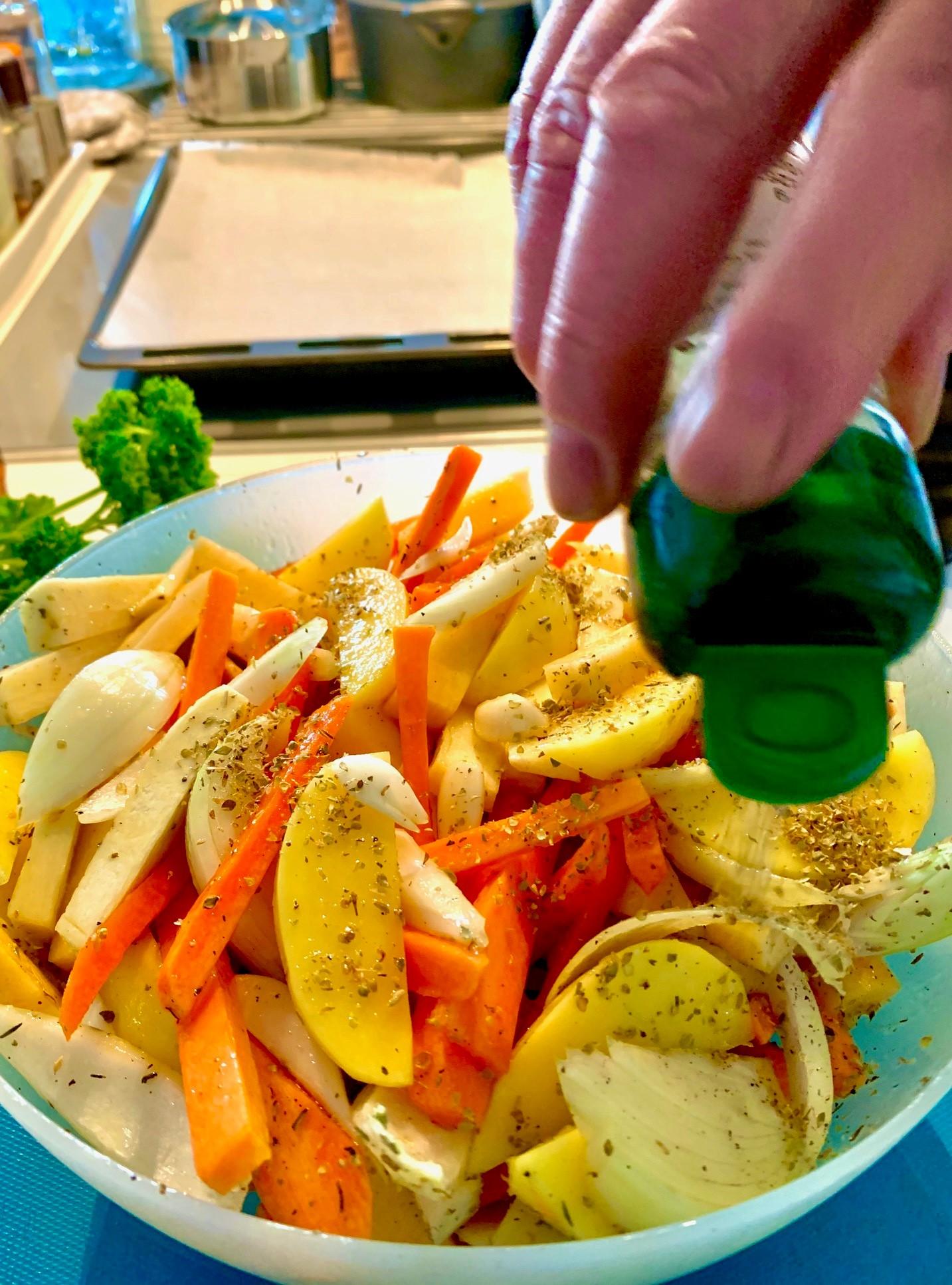 Mausta juurekset ensin astiassa.