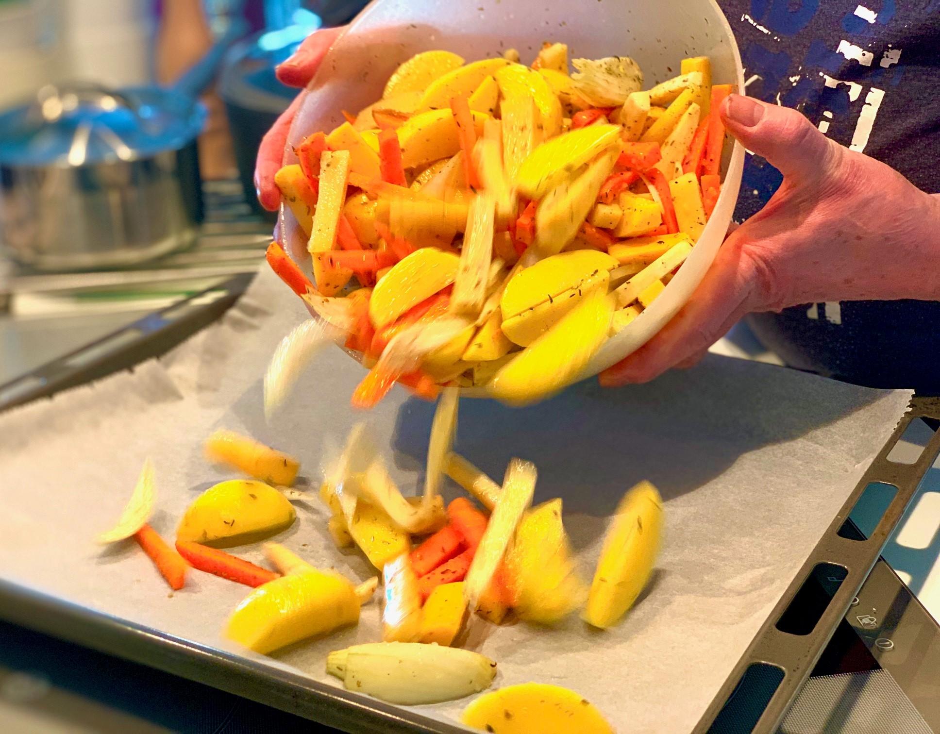 Kypsennä maustettuja juureksia uunissa 15 minuuttia.