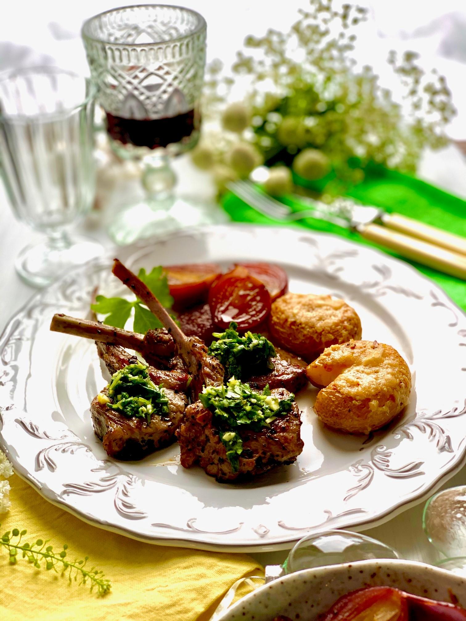 Pääsiäisen herkkuateria koostuu karitsakyljyksistä, lyttyperunoista ja karamellisoiduista sipuleista.