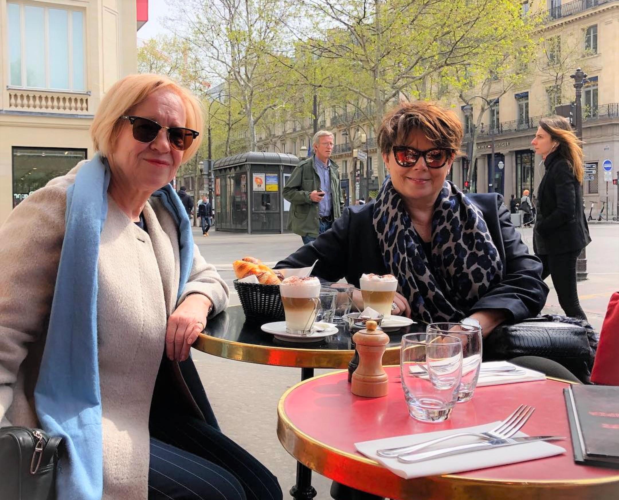 Kahivittelemassa Pariisissa, Kaisa ja Sini