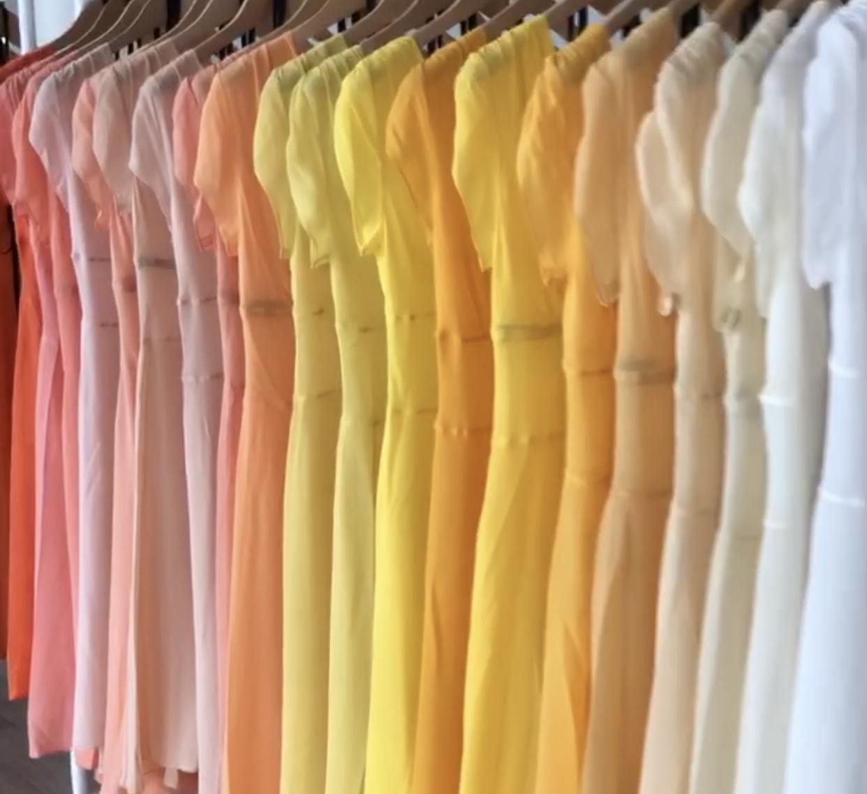 Vartalotyyppi vaatteet rekissä