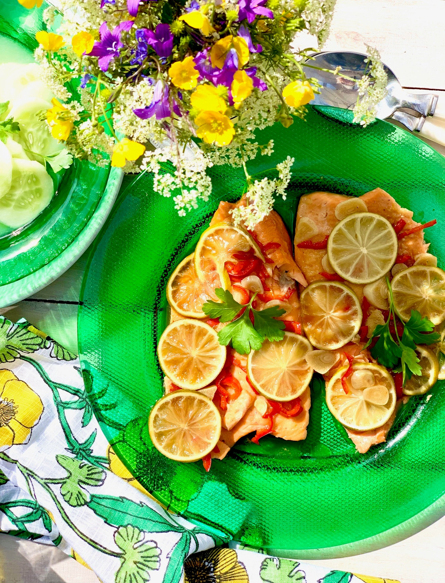 Itämainen grillilohi lautasella