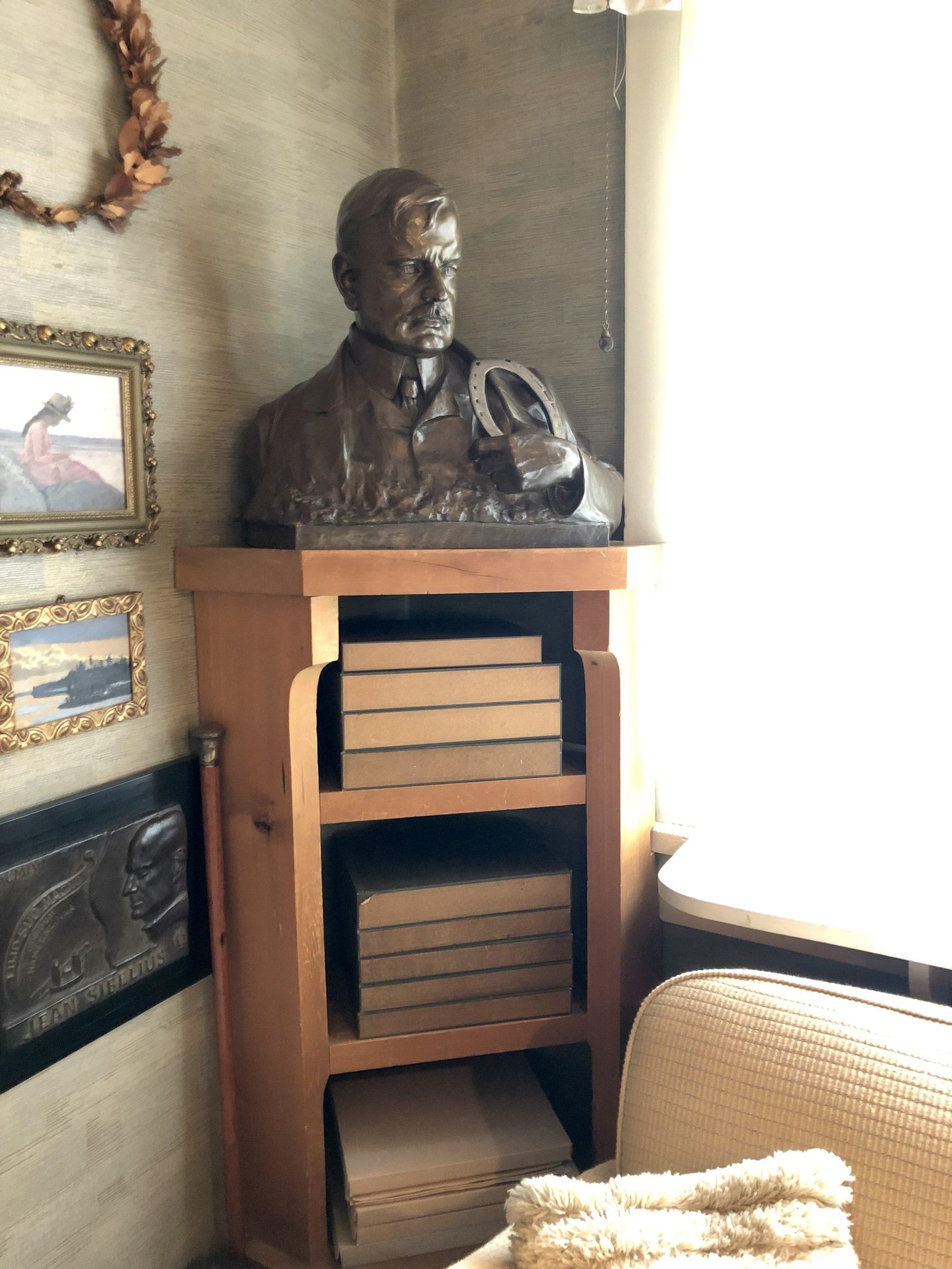 Tuusulanjärven taiteilijakodit sibeliuksen patsas