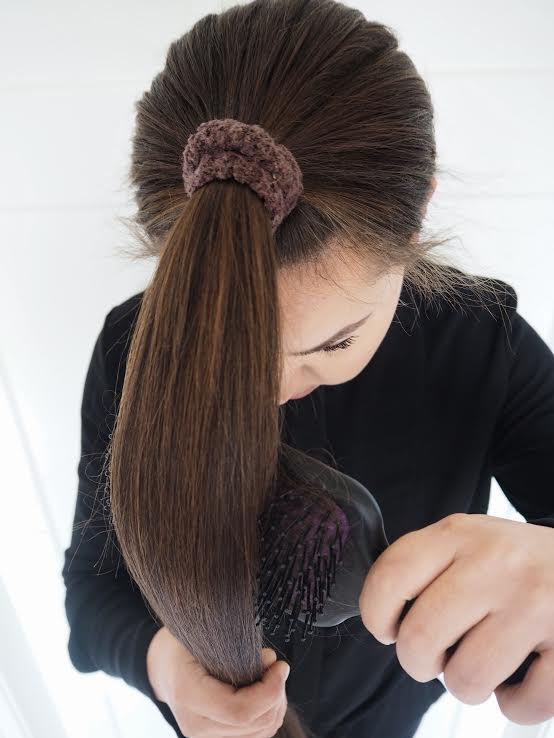 ponnarin hiukset harjaten