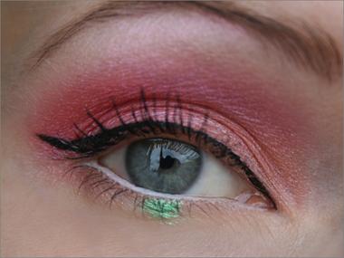 Pinkkiä ja korallia vihreällä pilkulla