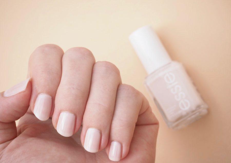 Essie Ballet Slippers kynsilakka Ostolakossa Virve Vee nudelakka kynsille