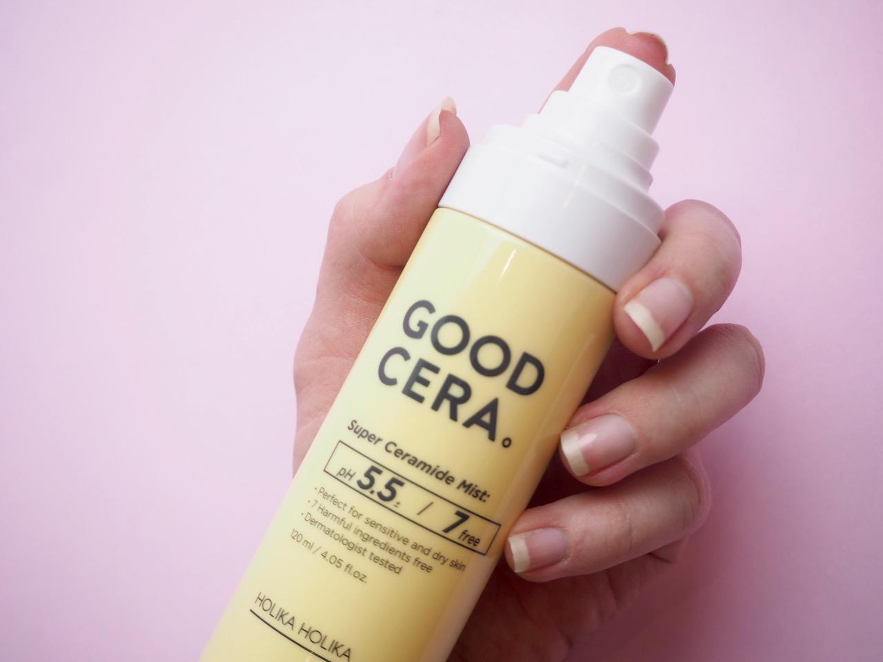 Holika Holika Good Cera Super Ceramide Mist -kasvosuihke tuo tehokasta kosteutusta kuivalle ja herkälle iholle. Kasvosuihkeen ravitseva koostumus auttaa vahvistamaan ihon luonnollista suojaa keramidien avulla