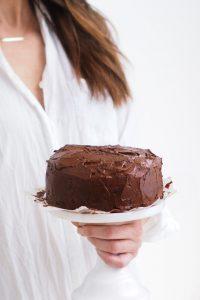 Terveellisempi tuplasuklaakakku, joka valmistuu ilman gluteenia, maitoa, pähkinöitä ja valkoista sokeria