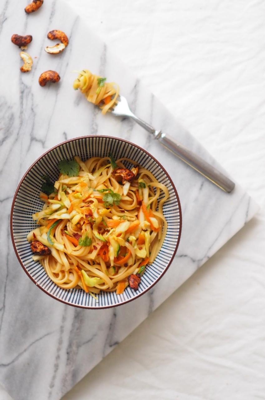 vege pad thai-salaatti
