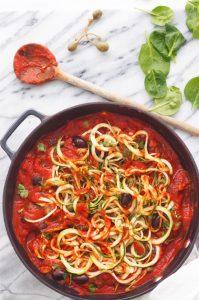 Kesäkurpitsapasta tomaatti-kapris-oliivikastikkeella