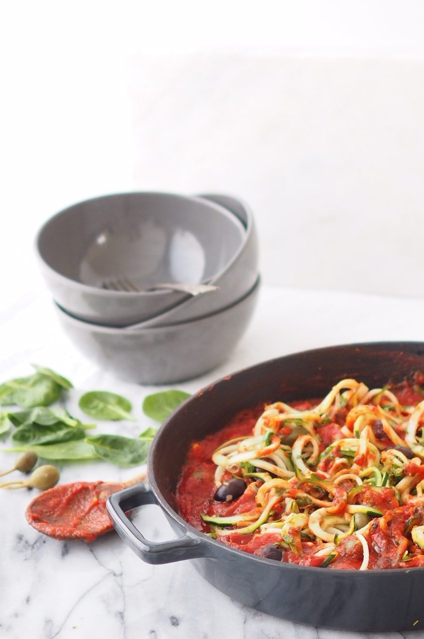 pasta tomaatti-kapris-oliivikastikkeella
