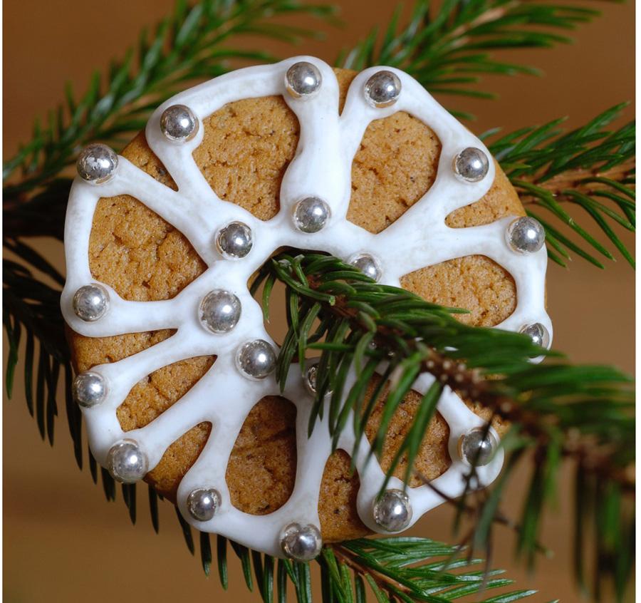 Kauniisti koristeltu piparkakku koristeena joulukuusessa.
