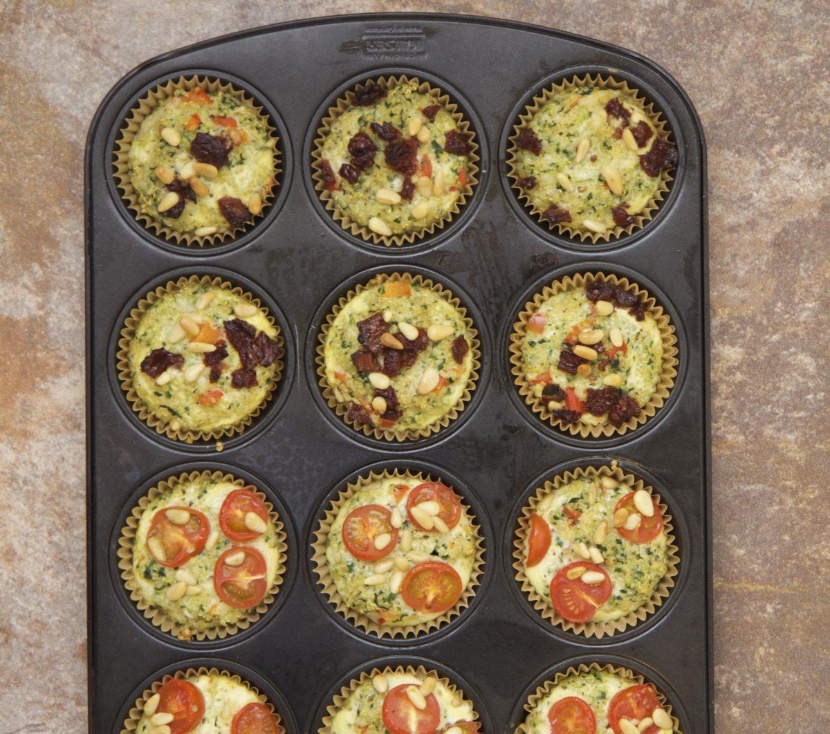 kvinoamuffinit pellillä