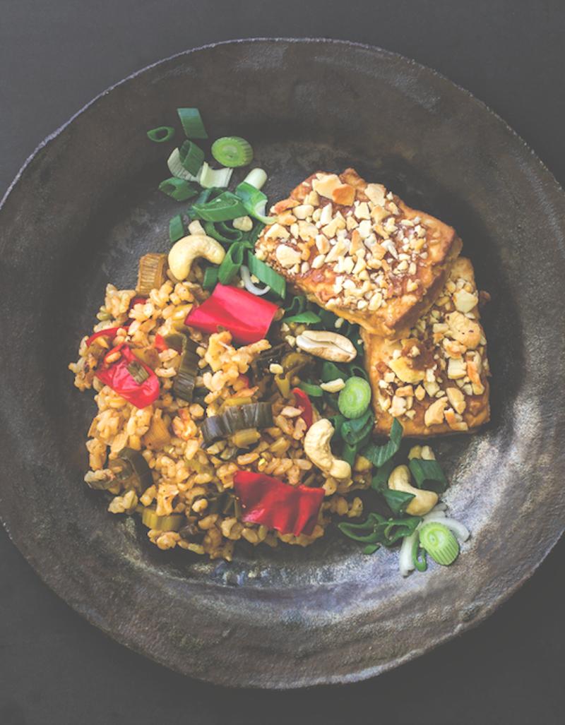 Cashew-kuorrutetut tofupihvit& kasviksia riisipedillä