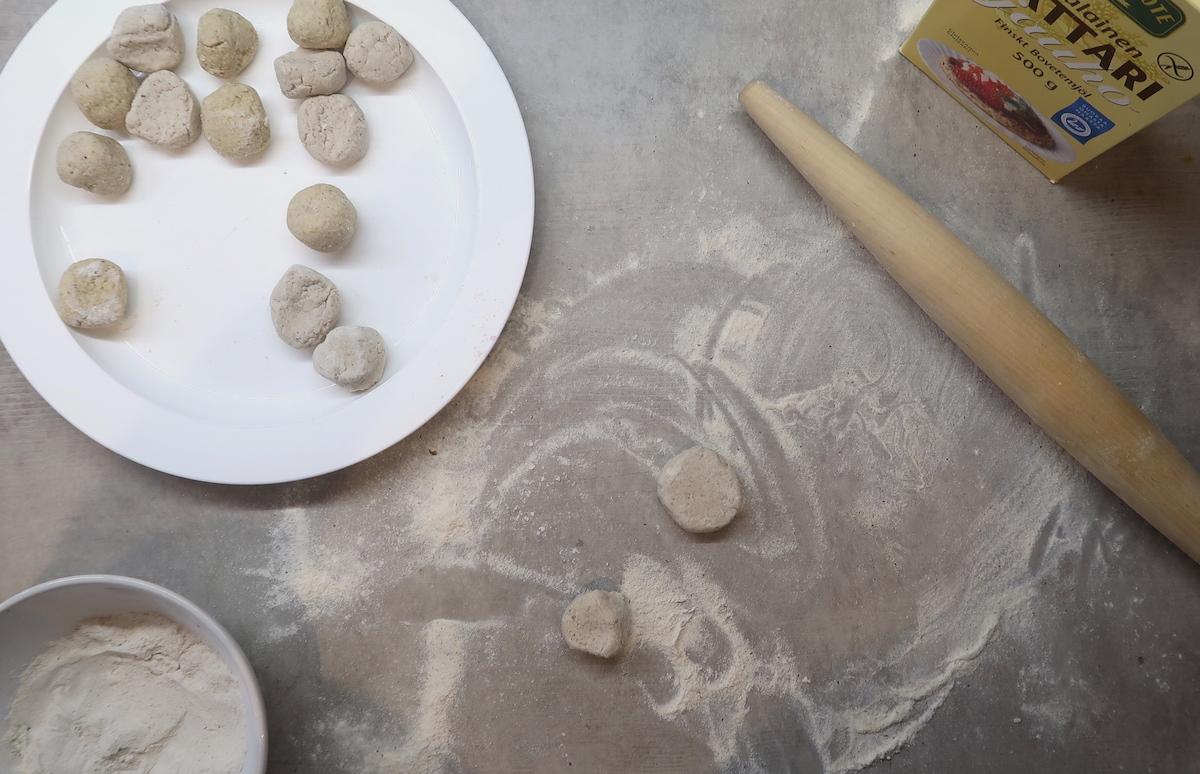 piirakoiden leivontaa