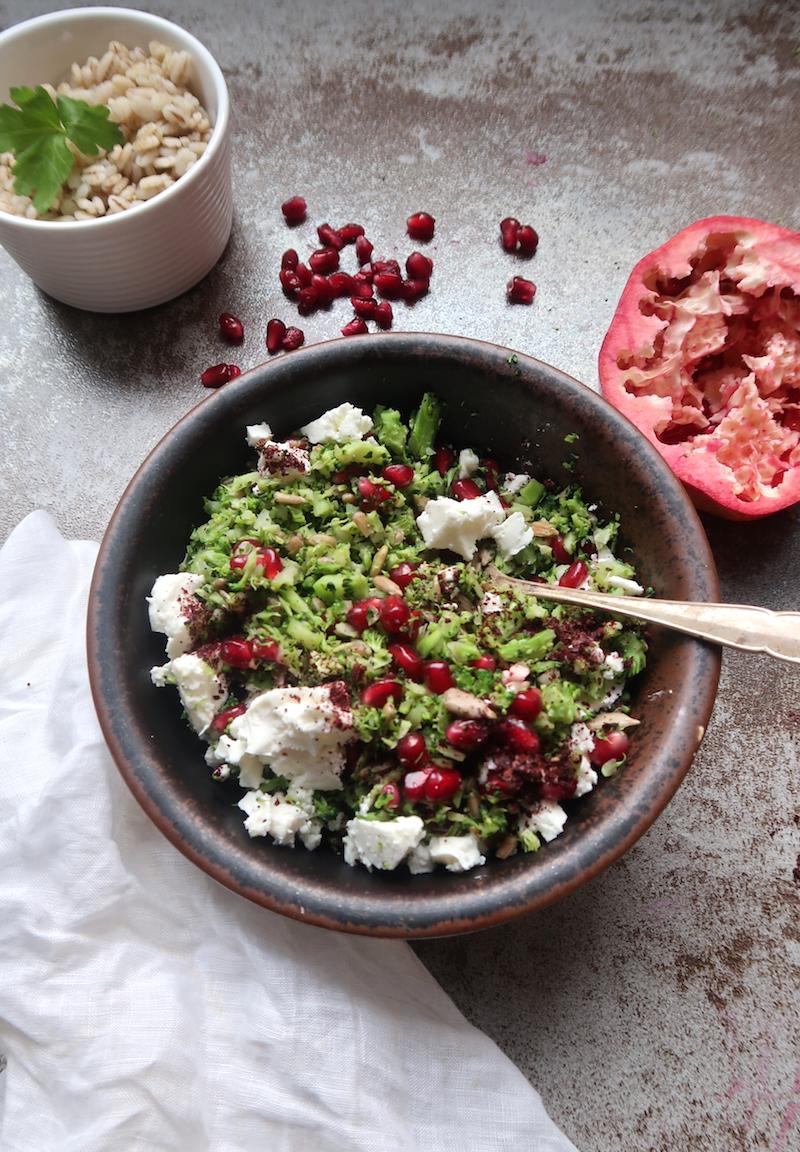 parsakaalicouscous salaatissa ja ohraa pysty
