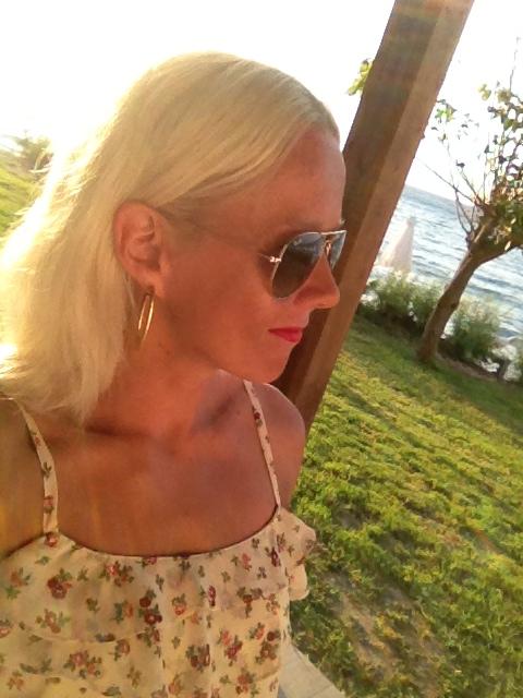 Aurinko voi kellastaa blondia tukkaa.