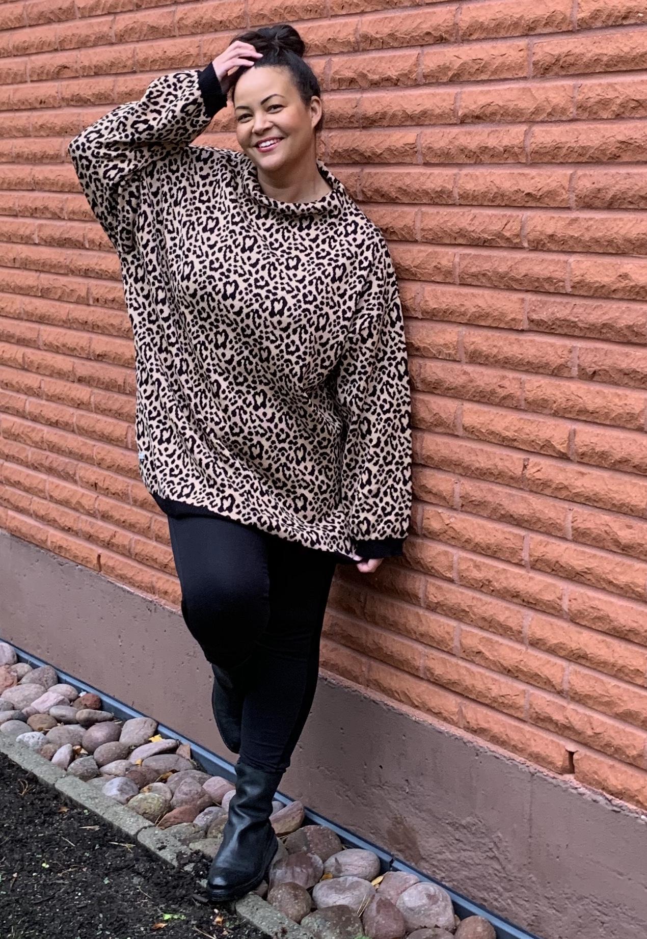 Leopardikuvio on havaittavissa Kainon Oversize katukissa-paidassa.