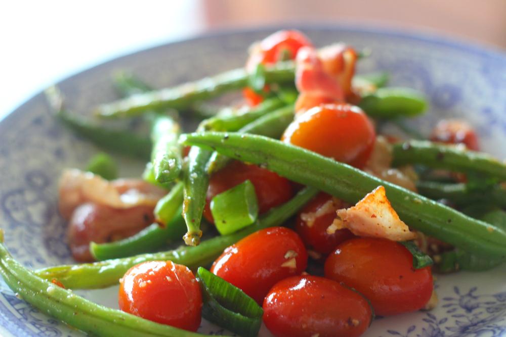 Pekoni ja pähkinät maustavat lämpimän salaatin