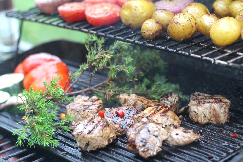 Katajanoksa maustaa grilliruoan
