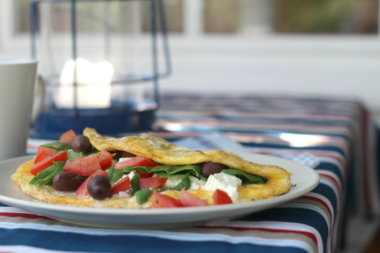 Piilota kreikkalainen salaatti munakkaaseen