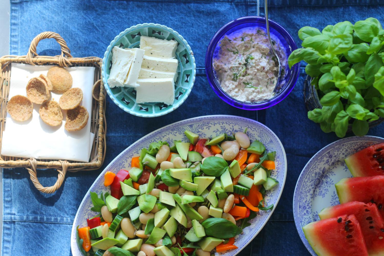 Avokadopapusalaattia, tonnikalatahnaa ja fetaa hyvänolon iltapalaksi