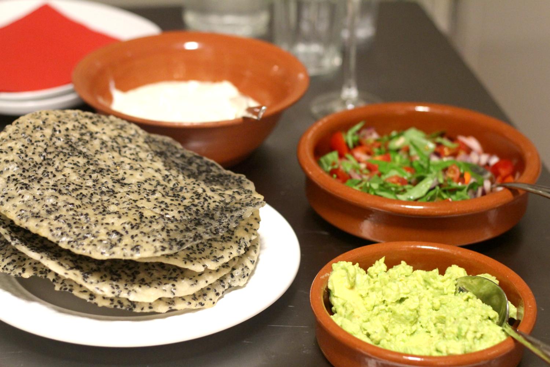 Rapeat seesaminsiemen-riisipaperit salsalla ja avokadolla
