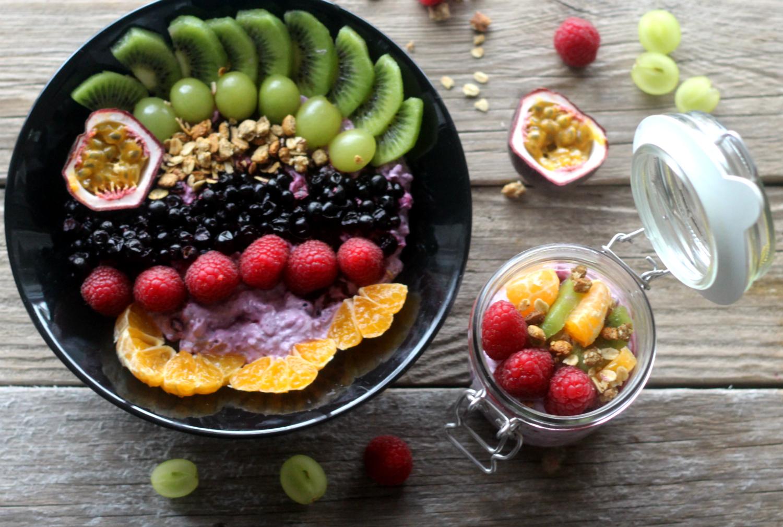 Raikas granola-tuorepuuro aamiaiseksi ja evääksi